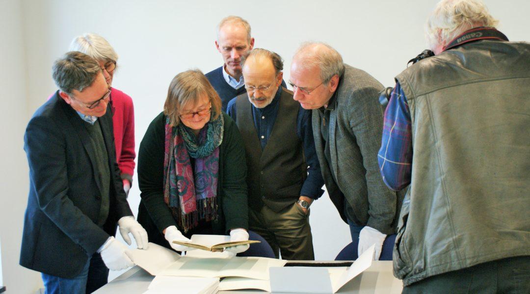 Einen Blick in das erschlossene Droste-Depositum der Droste-Gesellschaft warfen am 22.11.19 (v.l.) Dr. Marcus Stumpf (Leiter LWL-Archivamt für Westfalen), Katharina Tiemann (Referatsleiterin), Dr. Jutta Nunes Matias (Westfälisches Literaturarchiv), Dr. Rüdiger Nutt-Kofoth (Droste-Gesellschaft), Georg Veit (Erster Vorsitzender Droste-Gesellschaft) und Dr. Jochen Grywatsch (Zweiter Vorsitzender Droste-Gesellschaft). Foto: Claudia Ehlert